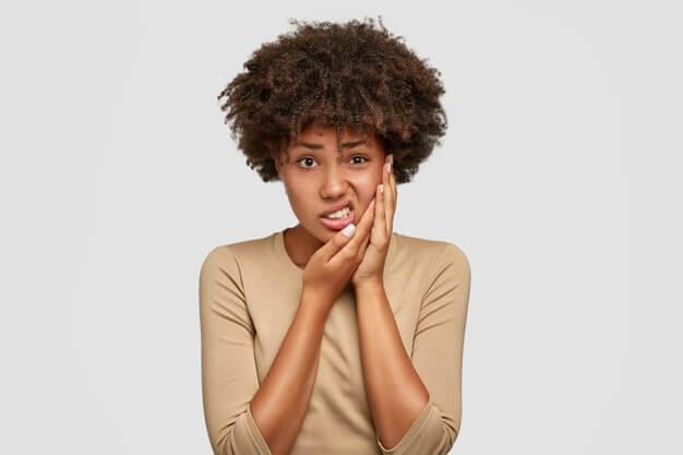 Mulher negra com dor de dente