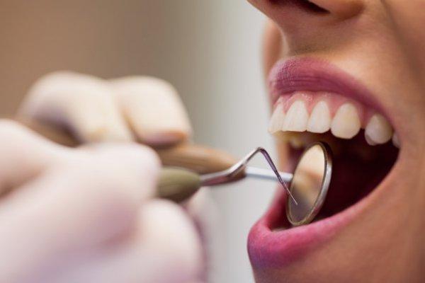 dentista avaliando dentes de paciente