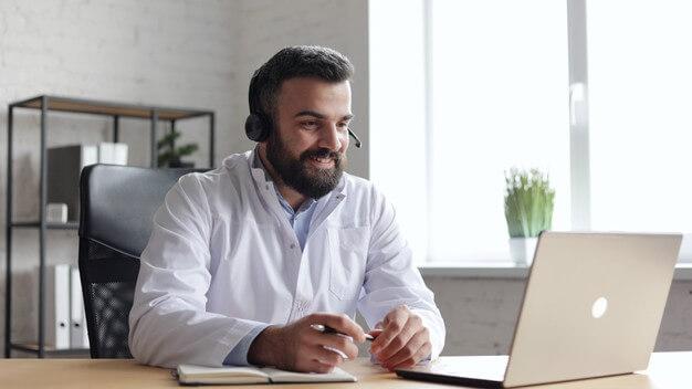 Dentista falando com paciente pelo computador